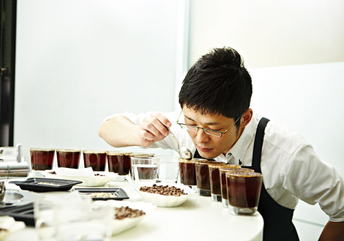 A cup tasting takes the measure of authentic coffee after a repeated scrutiny process.